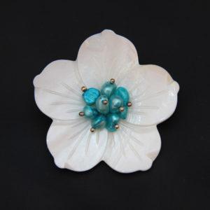 Broche de nácar y perlas teñidas