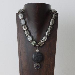 Collar de cristal de Murano, plata, piedra volcánica y resina.