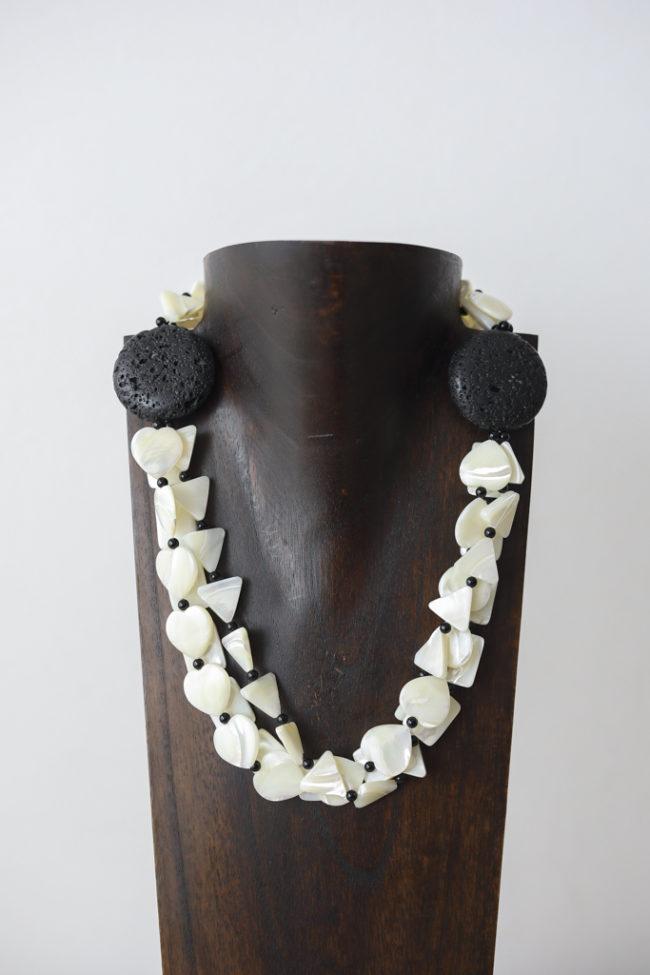 Collar de nácar, piedras volcánicas, ónice y plata
